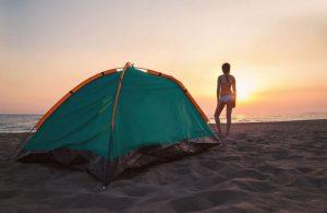 sexo en la playa acampando